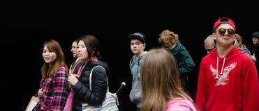 Grupa młodzi ludzie przeciw czerni ścianie Obrazy Royalty Free