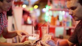 Grupa młodzi ludzie używa telefony w cukiernianych napojów koktajlach 1920x1080 zbiory wideo