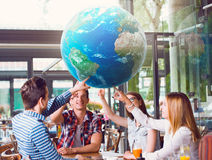 Grupa młodzi ludzie wskazuje przy planety ziemią Zdjęcie Stock