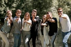 Grupa młodzi ludzie wskazuje przy tobą obrazy royalty free