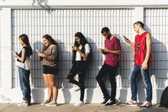 Grupa młodzi nastolatków przyjaciele chłodzi out wpólnie zdjęcia royalty free