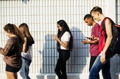 Grupa młodzi nastolatków przyjaciele chodzi do domu po szkoły obrazy stock