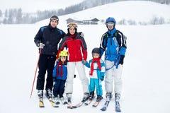 Grupa młodzi piękni ludzie, dorosli i dzieciaki, narciarstwo Zdjęcie Royalty Free