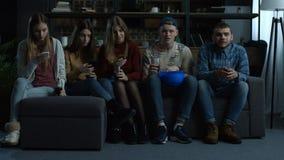 Grupa młodzi przyjaciele ogląda sport tv w domu zbiory