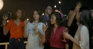 Grupa młodzi przyjaciele tanczy zabawę i ma świętuje z grzanką i clinking podnoszący szkło przy lato dachem bawi się zbiory wideo