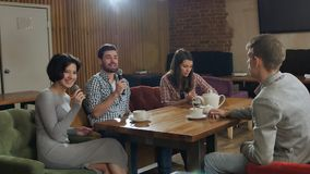 Grupa młodzi szczęśliwi przyjaciele ma zabawę przy karaoke, śpiew, brać selfie, pije herbaty Zdjęcia Royalty Free