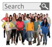 Grupa młodzi uśmiechnięci ludzie szuka wyszukiwarka internet Zdjęcie Royalty Free