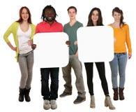 Grupa młodzi wielo- etniczni ludzie trzyma copyspace dla dwa pozwalał Zdjęcie Royalty Free