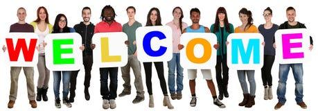 Grupa młodzi wielo- etniczni ludzie trzyma słowa powitanie Zdjęcie Stock