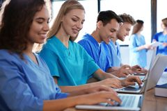 Grupa m?drze studenci medycyni z gad?etami zdjęcie stock