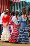 Grupa młode dziewczyny, Flamenco ubiera, Seville jarmark, Andalusia, Hiszpania Zdjęcia Stock