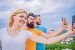 Grupa m?odzi dobrzy przygl?daj?cy przyjaciele robi selfie fotografii portretowi ja zdjęcia stock