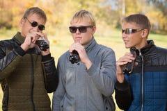 Grupa młodzi faceci opowiada each inny Fotografia Royalty Free