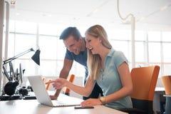 Grupa młodzi ludzie pracowników pracowników z komputerem Obraz Stock