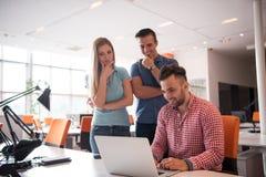 Grupa młodzi ludzie pracowników pracowników z komputerem Zdjęcie Stock