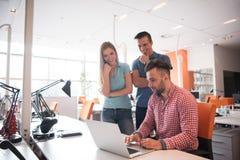 Grupa młodzi ludzie pracowników pracowników z komputerem Zdjęcia Royalty Free