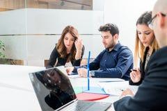 Grupa młodzi ludzie pracowników pracowników z komputerem w miastowym al Zdjęcie Stock