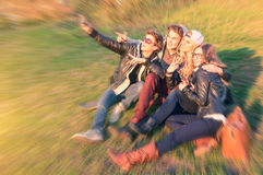 Grupa młodzi modnisiów najlepsi przyjaciele bierze selfie outdoors Zdjęcia Stock