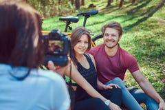 Grupa m?odzi przyjaciele wycieczkuje przez lasu z rowerami na pi?knym letnim dniu zdjęcie royalty free