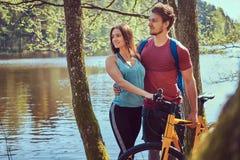 Grupa m?odzi przyjaciele wycieczkuje przez lasu z rowerami na pi?knym letnim dniu obraz stock