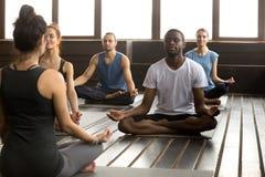 Grupa młodzi sporty ludzie siedzi w Sukhasana Zdjęcie Royalty Free