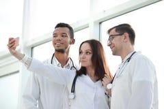 Grupa m?odzi terapeuci bierze selfies w lobby szpital obraz royalty free