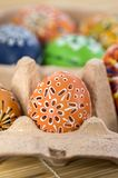 Grupa malujący Wielkanocni jajka w kartonowym pudełku, Wielkanocnego jajka polowania świętowanie, kolorowy życie w papierowym pud Obraz Stock