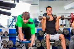 Grupa mężczyzna pracuje jego ciało przy sporta gym Obraz Royalty Free