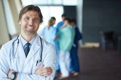 Grupa medyczny personel przy szpitalem, przystojna lekarka przed obraz royalty free
