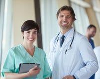Grupa medyczny personel przy szpitalem, przystojna lekarka przed obraz stock