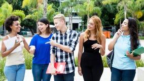 Grupa międzynarodowi ucznie chodzi na kampusie uniwersytet Fotografia Royalty Free