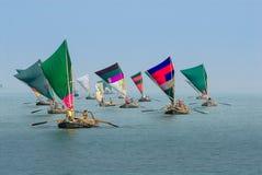 Grupa miejscowi drewniani sailbots na zatoce bengalskiej, Zdjęcia Royalty Free