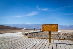 Grupa miejscowi i turysta cieszy się niebieskie niebo dzień w Śmiertelnym Dolinnym parku narodowym Zdjęcie Stock