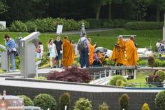 Grupa mnisi buddyjscy cieszy się w Madurodam Fotografia Stock