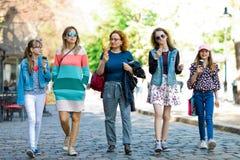 Grupa mod dziewczyny chodzi przez śródmieścia - mieć lodowego cre fotografia stock