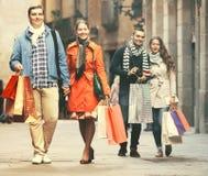 Grupa młodzi turyści z zakupami Obraz Stock