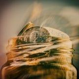 Grupa monety jeden euro w szklanym słoju banka euro pięć ostrości sto pieniądze nutowa arkana Zamazany plecy Fotografia Stock
