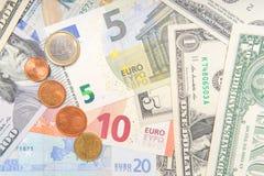 Grupa monety na tle r??norodni Euro i Dolarowi banknoty obraz stock