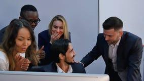 Grupa multiracial biznes drużyna shoked z rezultatem, zdziwiony, uśmiechnięty i patrzejący laptop, Zdjęcie Stock