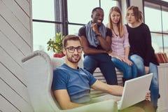 Grupa multiracial ucznie pracuje z laptopem zdjęcia royalty free