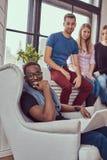 Grupa multiracial ucznie pracuje z laptopem zdjęcia stock