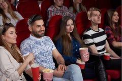 Grupa najlepsi przyjaciele ogląda nowego film przy nowożytnym kinem obrazy royalty free