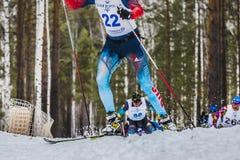 Grupa narciarek męskie atlety up górę Obrazy Royalty Free
