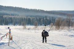 Grupa narciarki obruszenie od góry Narciarka ono ślizgać się na górze Narciarka i narty Zdjęcie Royalty Free