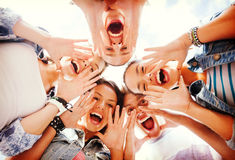Grupa nastolatkowie patrzeje w dół i krzyczy zdjęcia stock