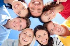 Grupa nastolatkowie patrzeje w dół Zdjęcia Royalty Free