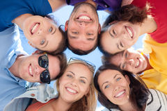 Grupa nastolatkowie patrzeje w dół Zdjęcia Stock
