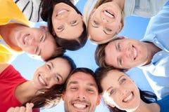 Grupa nastolatkowie patrzeje w dół Zdjęcie Royalty Free