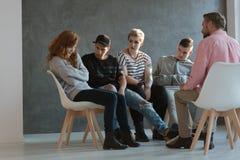 Grupa nastolatkowie patrzeje wycofanego, brakuje poczucie własnej wartości dziewczyny fotografia royalty free