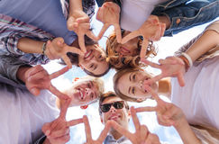 Grupa nastolatkowie pokazuje palec pięć Obraz Stock
